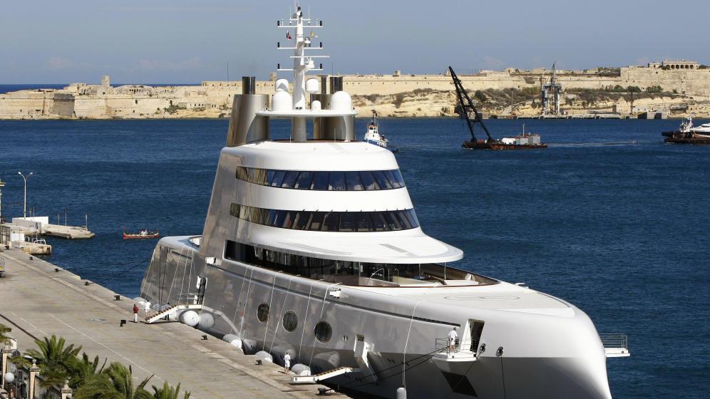 Este superyate, de 300 millones de dólares, pertenece al multimillonario británico Andrey Melnichenko. (Reuters)