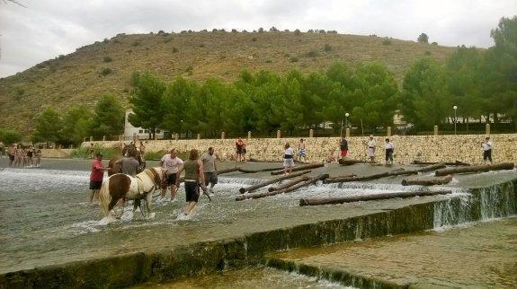 Participantes en la 'maerà', ayer en el azud de Antella. :: Associació cultural de maeros del Xúquer