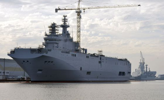 Los dos portahelicópteros vendidos a Egipto, en el puerto francés de Saint-Nazaire, el pasado 21 de noviembre. / GEORGES GOBET (AFP)