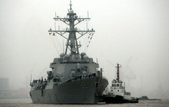 Barco de guerra de EE UU en abril en Shanghai. / Eugene Hoshiko (AP)