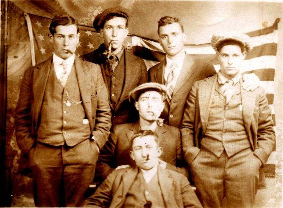 Josep Vicent Moncho Soliveres y otros emigrantes de Tàrbena fotografiados para reflejar el éxito del viaje. :: lp