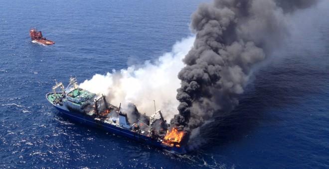 El pesquero ruso Oleg Naydenov incendiado en Las Palmas de Gran Canaria. -EFE