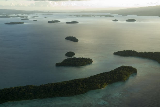 Vista aérea de la laguna de Marovo en las islas Salomón. Fotografía: United Nations Photo (CC)