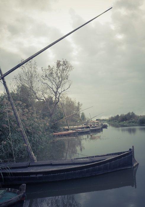 Barcas en el 'portet' de Catarroja, el canal que desemboca en la Albufera. / TXEMA RODRÍGUEZ