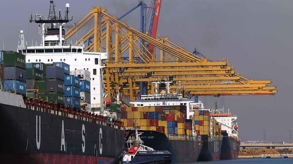 Descarga de contenedores en el Puerto de Valencia